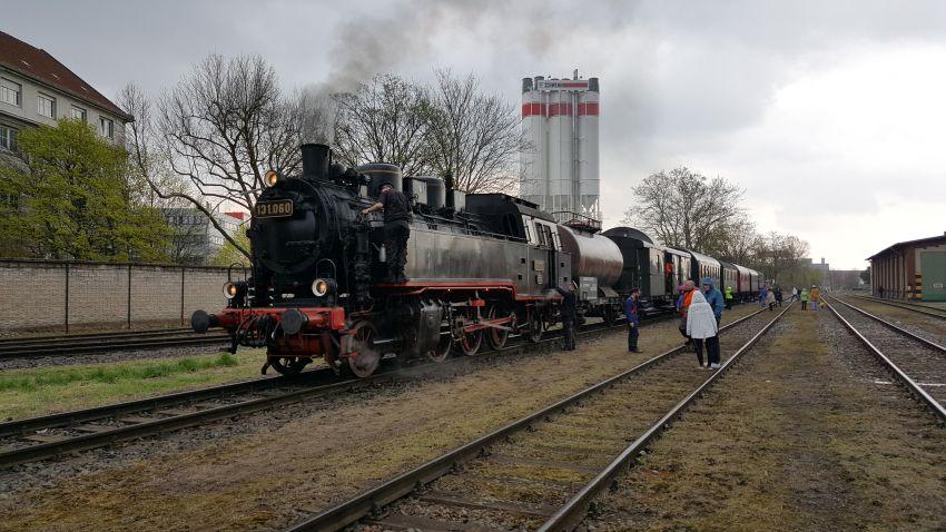 131.060 mit BEF-Zug bei der Neukölln-Mittenwalder Eisenbahn