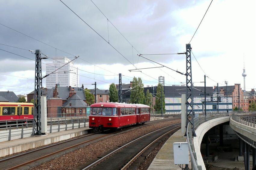 Schienenbusgarnitur der Berliner Eisenbahnfreunde bei der Einfahrt Berlin-Hbf am 3.10.18