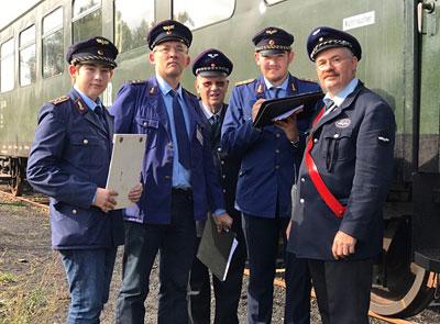 Schaffner und Zugführer in Erwartung der Fahrgäste