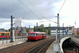 Schienenbusgarnitur der Berliner Eisenbahnfreunde bei der Einfahrt in den Berliner Hbf 2018
