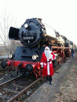 Nikolaus vor dem BEF-Museumszug mit Zuglok 50 3610 am 1.12.18 in Schildow